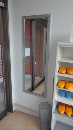 さかもと歯科クリニックの玄関の鏡